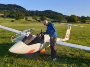 Martin und Klaus stossen auf die tollen Flugtage und Erfolge an