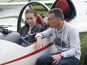 erste Einweisung ins Cockpit fuer Leonie