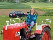 Rosa pilotiert unseren Traktor