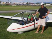 Markus Löw wird von Fluglehrer Horst Habermann auf seinen Alleinflug vorbereitet