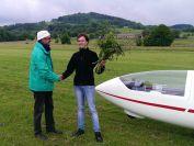 Lukas nimmt die Glückwünsche von Fluglehrer Werner entgegen