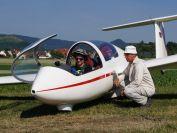 letzte Instruktionen vom Fluglehrer vor dem ersten Alleinflug