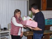 Andreas Merkle bedankt sich bei Gertrud Diez